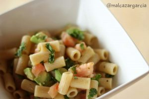 Pasta integral con aguacate y tomate