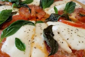 Pizza caprese con base de quinoa